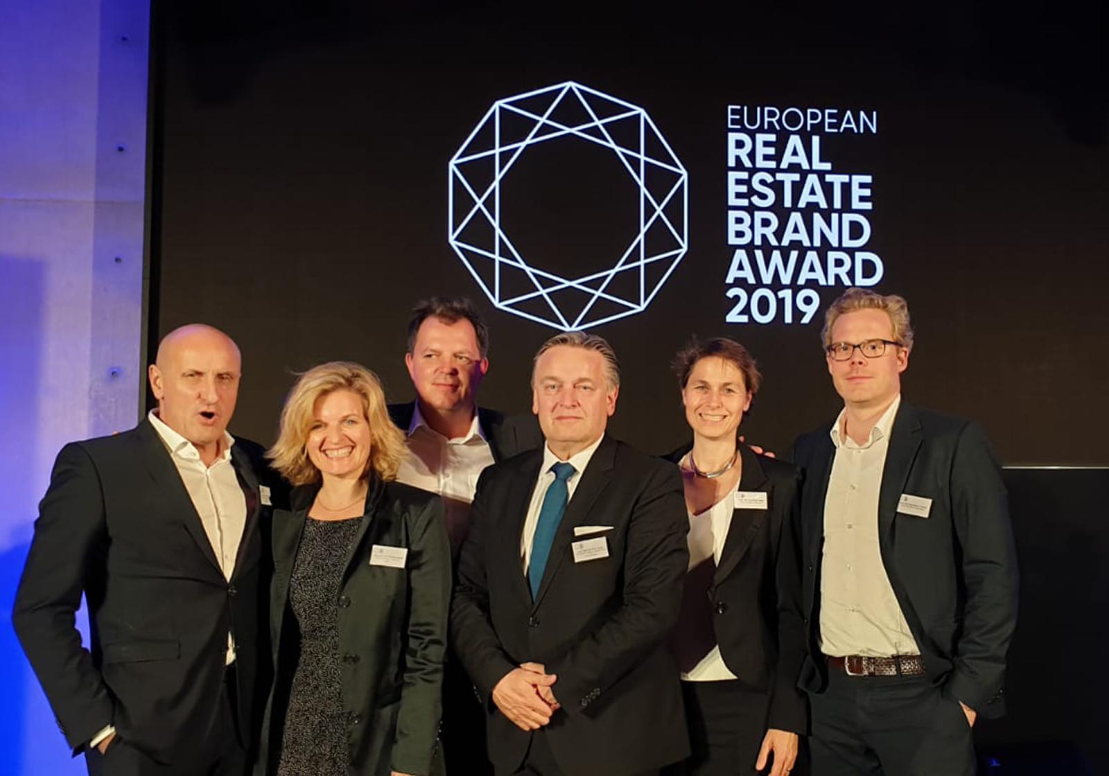 v. l. Horst Reiner, Michaela Hauser, Werner Kahr, Dario Travaš, Miriam Haag und Niklas Veelken nahmen den Real Estate Brand Award entgegen. Foto: ATP/Haag