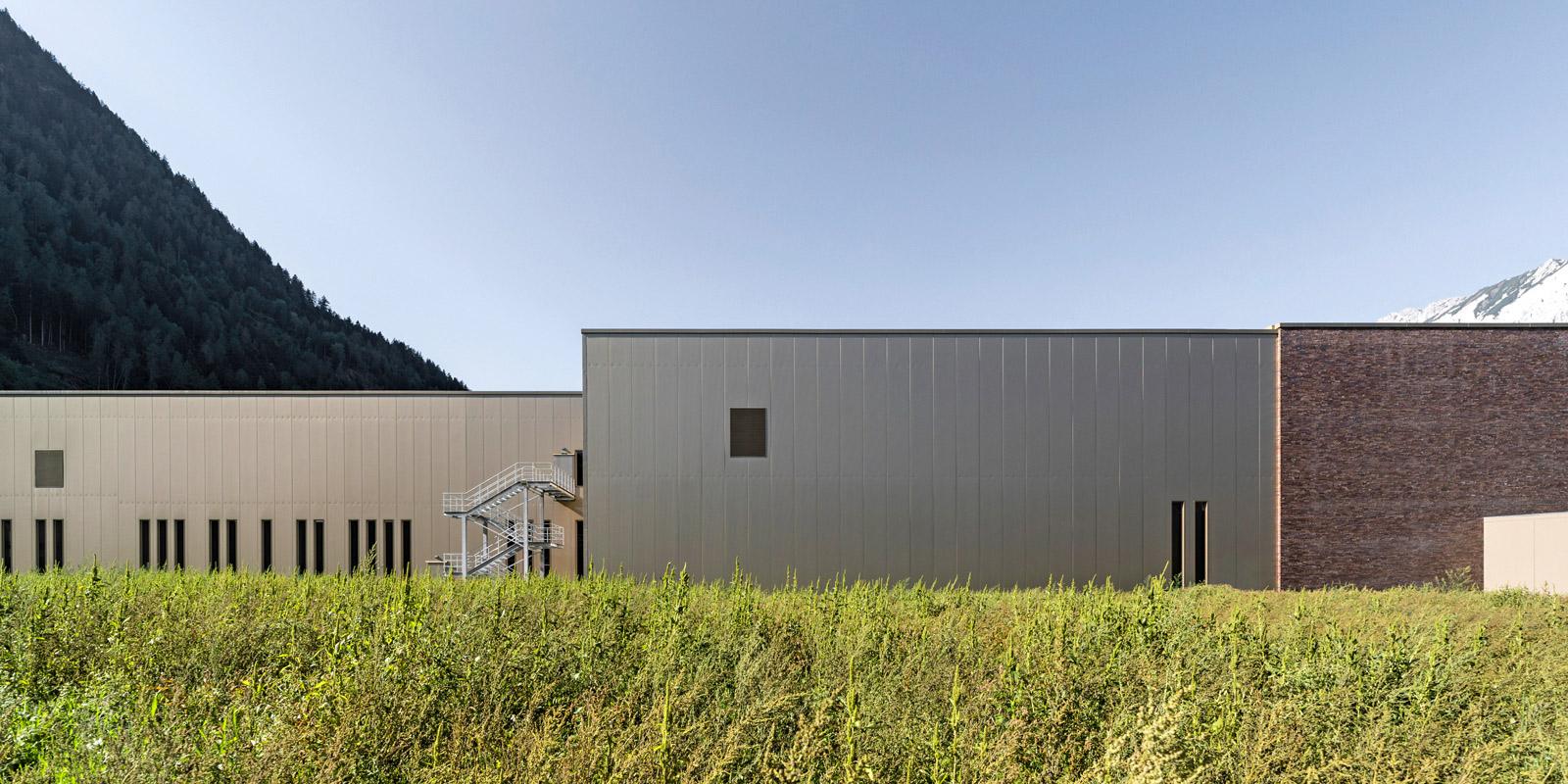Das Produktionsgebäude erhielt ein modernes, technisches Aussehen. Foto: ATP/Bause