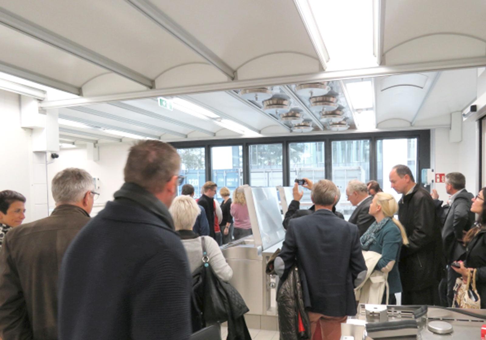 Interessiert erkundeten die Tagungsteilnehmer_innen die eben erst fertiggestellte Großküche. Foto: Management Forum Starnberg