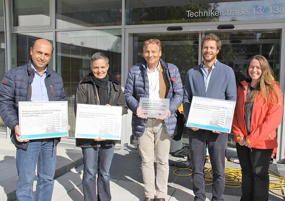 Architekt Paul Ohnmacht, Head of Design bei ATP Innsbruck. (zweiter v. r.) nahm die Auszeichnung entgegen. Foto: Universität Innsbruck