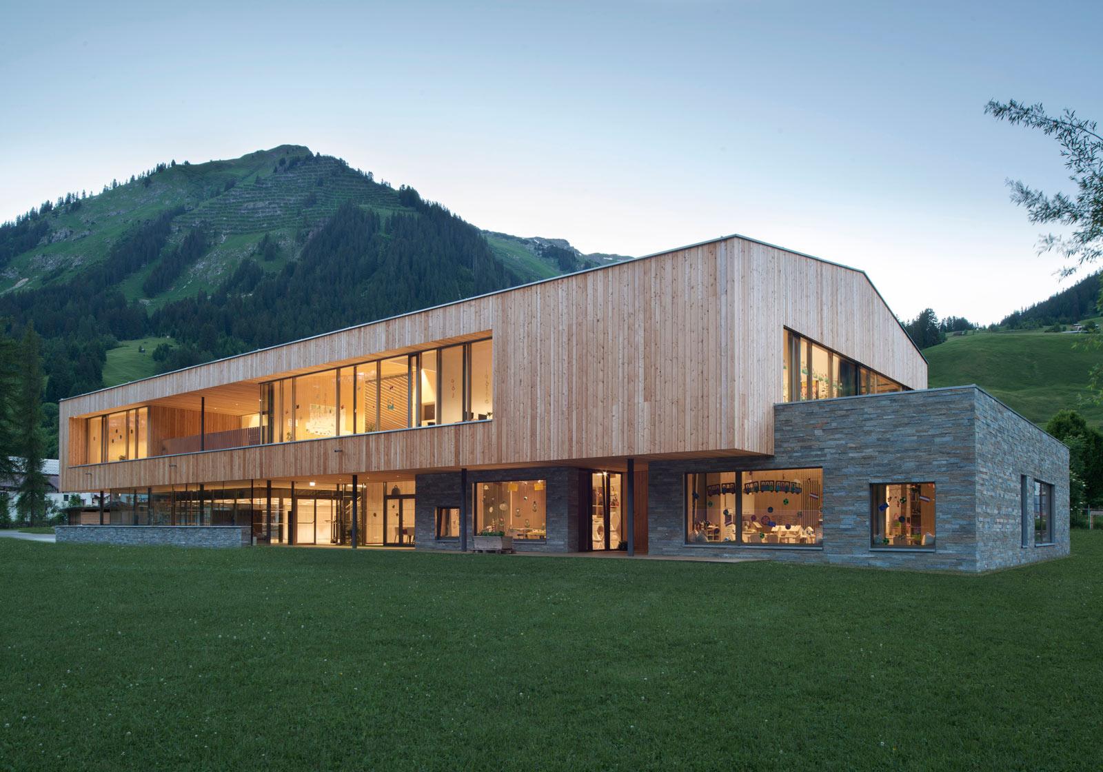Der ruhige Holzkörper liegt auf einem steinernen Sockel, eine im Lechtal übliche und in einer langen Tradition stehende Bauweise. Foto: ATP/Philipp