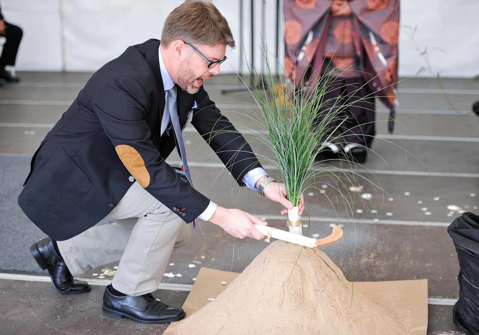 Shinto-Zeremonie einer Grundsteinlegung im Allgäu