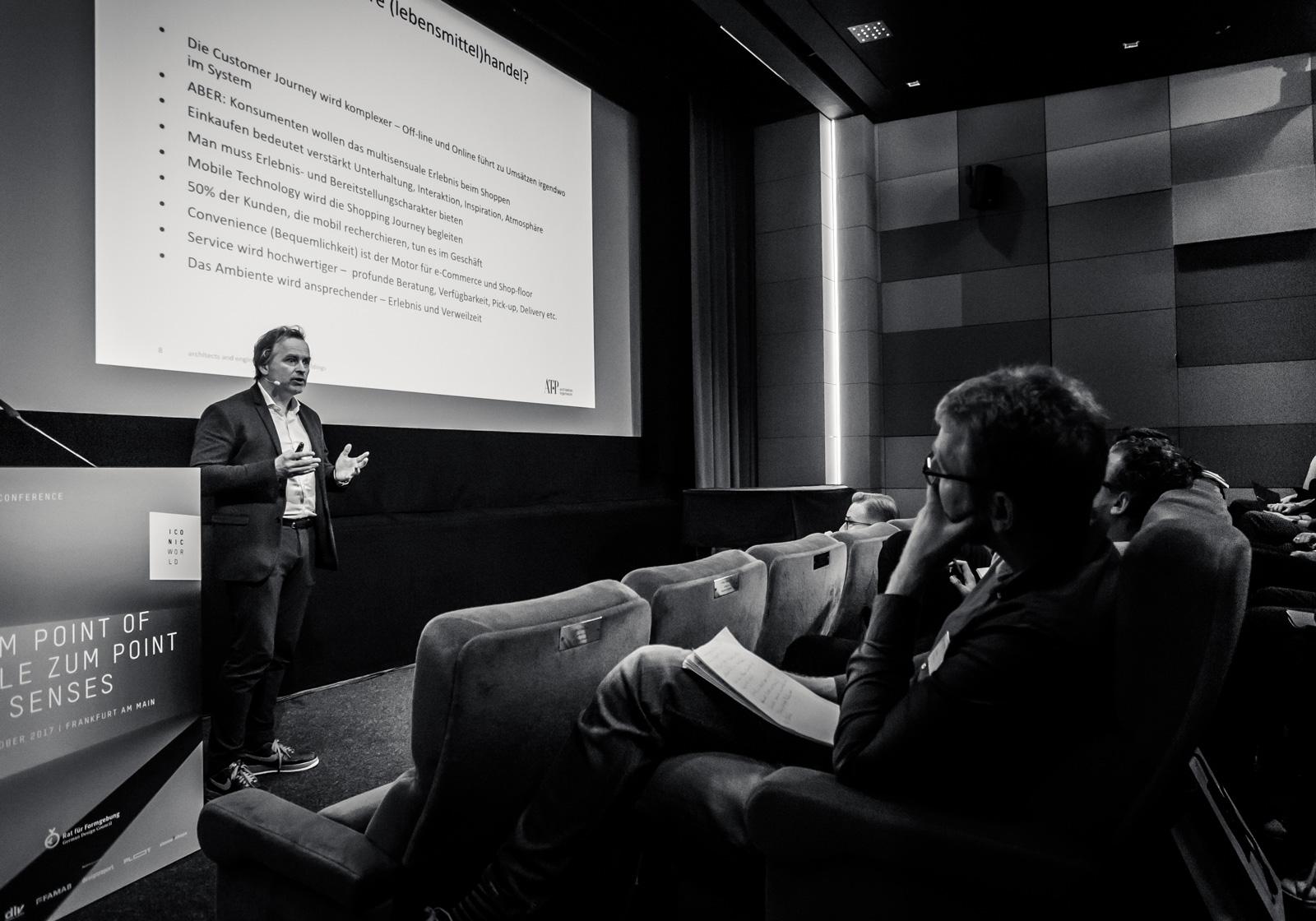 """Architekt Ulf Bambach trägt zum Thema """"Verkaufsflächen der Zukunft"""" vor. Foto: Daniel Banner"""