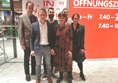 v. l. Martin Abentung, Daniel Abfalter, Niclas Erhart, Ioana Berceanu, Wolfgang Göbl und Margit Friedrich feierten die Eröffnung. Foto: ATP/Kühn