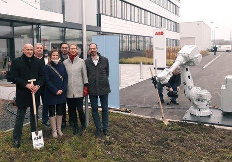 v. l.: GF Horst Reiner, Egmont Pruggnaller, Lucia Kostrubova, Norbert Polt, Iris Brandstötter (GPL) und Hannes Achammer feierten den Spatenstich. Foto: ATP