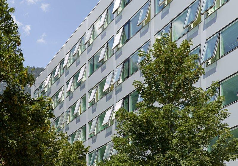 Ökologische Elementfassade mit innovativen Senkklappfenstern. Foto: ATP/Jantscher