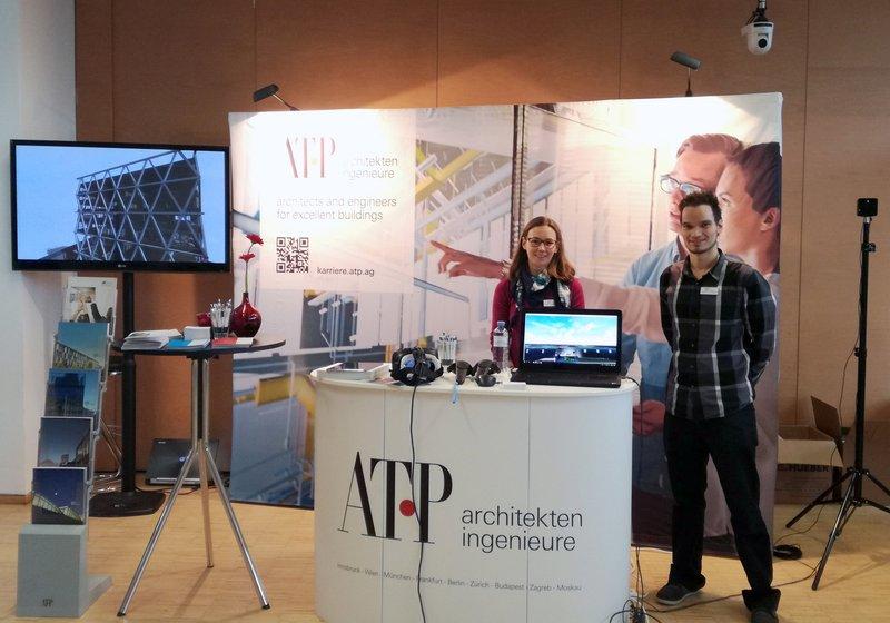 Marco Aschaber (r.) und Eva Hartmann (l.) sowie Elisabeth Sibille und Astrid Schernthaner (ATP Innsbruck) am ATP Infostand, der 2017 erstmals auch am Innsbrucker MCI zum Einsatz kam. Foto: ATP