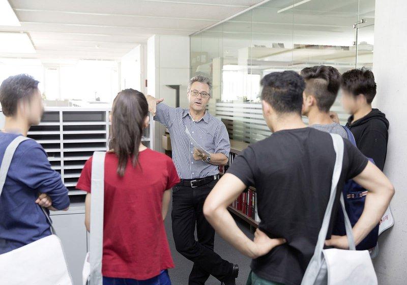 Walter Scamoni zeigt den jungen Interessierten das ATP-Büro. Fotos: ATP