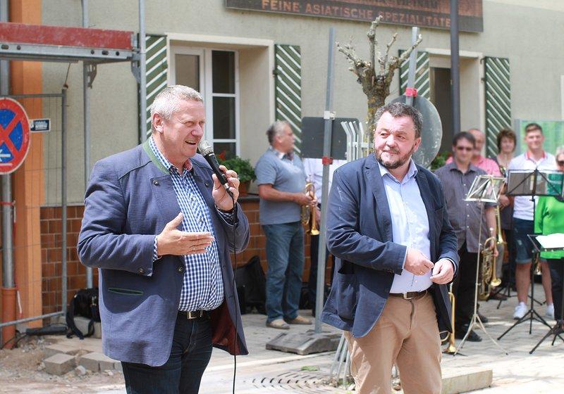 Grußworte durch Bürgermeister Uwe Emmert (l.) und Pfarrer Christian von Rotenhan (r.). Foto: ATP/Wanq