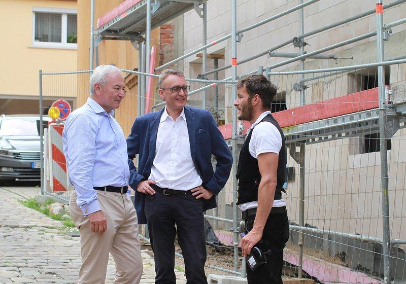 v. l.: Udo Zill, Baukoordinator des Kirchengemeinderats im Gespräch mit Andreas Rieser, GF ATP HAID, und Polier Julian Fritsch. Foto: ATP/Wanq