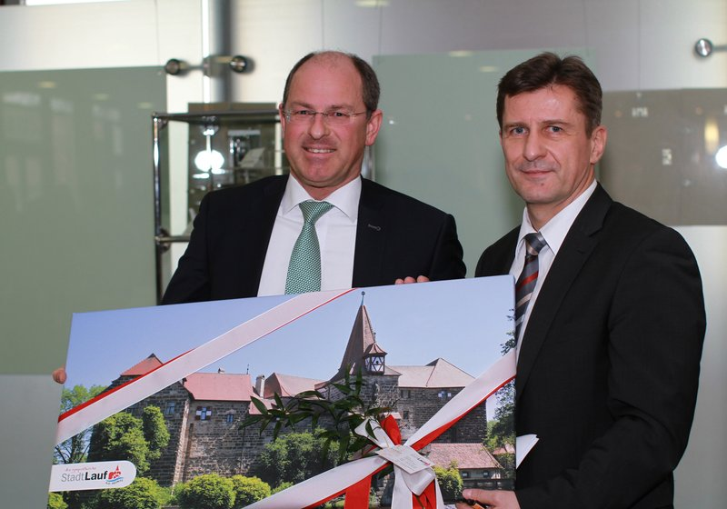 Mayor Benedikt Bisping congratulates Thomas Grünberg, CEO of Krankenhäuser Nürnberger Land. Photo: ATP/ Wang