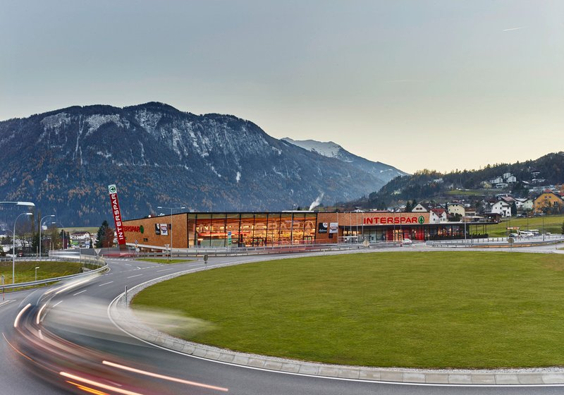 "A cube ""on the slope"" clad with wooden shingles: the alpine formal language of INTERSPAR Imst. Photo: ATP/Becker"